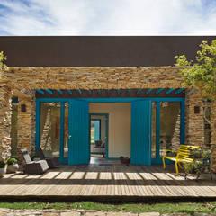 SÍTIO OURO PRETO: Casas  por Beth Marquez Interiores