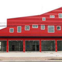 건물 정면: 현앤전 건축사 사무소(HYUN AND JEON ARCHITECTURAL OFFICE )의  서재 & 사무실