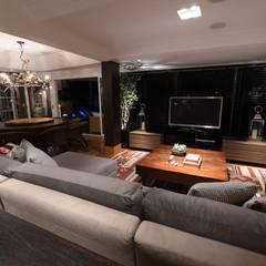 RESIDENCIA  JL: Salas multimídia  por Dalton Vidotti Arquitetura