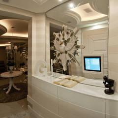 Pasillos y vestíbulos de estilo  de Paulinho Peres Group, Clásico