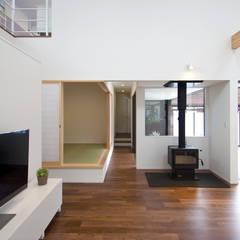 House in Fukuchiyama: arakawa Architects & Associatesが手掛けたリビングです。