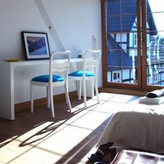 pokój Świat się śmieje: styl , w kategorii Hotele zaprojektowany przez Studio Projektowe RoRO interior + design
