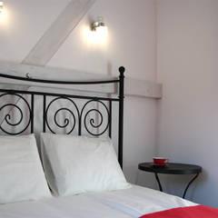 pokój Dama z Pieskiem: styl , w kategorii Hotele zaprojektowany przez Studio Projektowe RoRO interior + design