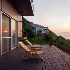 熱海の別荘 モダンデザインの テラス の 井上洋介建築研究所 モダン