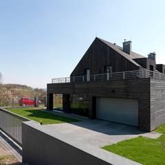Dom w Burowie: styl , w kategorii Garaż zaprojektowany przez WIZJA