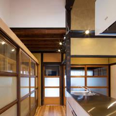 現代風玄關、走廊與階梯 根據 長崎工作室 現代風