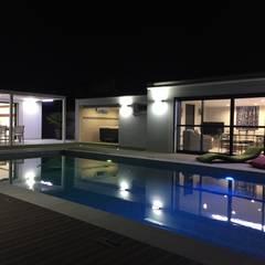 Pool House Piscine et terrasse: Piscines  de style  par JbHouseDesigner