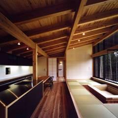 加美の山荘:  井上久実設計室が手掛けたリビングです。