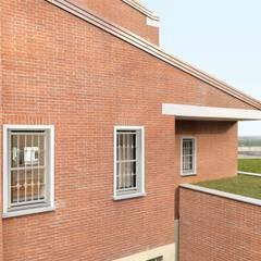 Puertas y ventanas de estilo  por ALIAS PORTE BLINDATE
