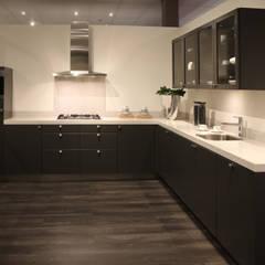 zwarte keukens:  Keuken door DB KeukenGroep, Landelijk