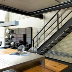 Industrial Loft: Salas de estar  por DIEGO REVOLLO ARQUITETURA S/S LTDA.