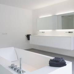 Eigentijdse bungalow:  Badkamer door Lab32 architecten,