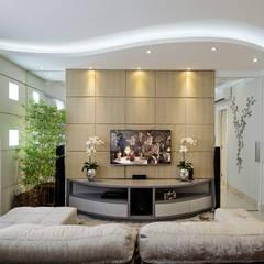 Apartamento Indaiatuba: Salas multimídia modernas por Designer de Interiores e Paisagista Iara Kílaris