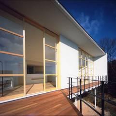目神山の家 - House of Megamiyama: 林泰介建築研究所が手掛けたテラス・ベランダです。,ラスティック