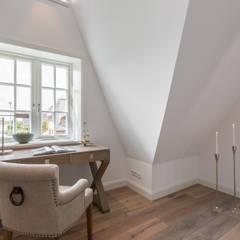 Home Staging Reetdachhaus auf Sylt: landhausstil Arbeitszimmer von Immofoto-Sylt
