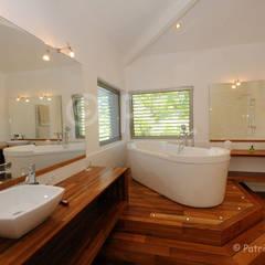 décoration, intérieur, mise en scène, ambiance: Salle de bains de style  par patrick eoche Photographie d'architecture