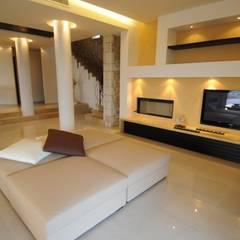 Livings de estilo  por CARLO CHIAPPANI  interior designer, Mediterráneo