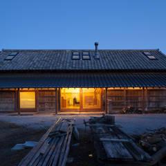 築100年を超える雨屋の改修: STUDIO POHが手掛けた家です。,クラシック
