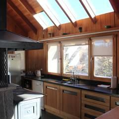 Cabaña Las Pendientes - Patagonia Argentina: Cocinas de estilo clásico por Aguirre Arquitectura Patagonica