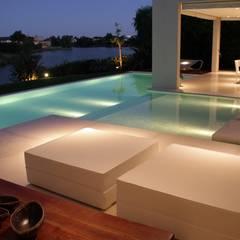 Zwembad door PARQUEARTE  Piscinas como iconos de diseño.