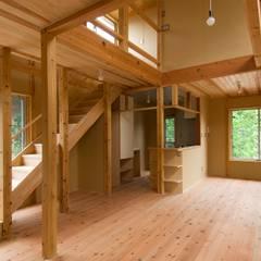 階段、リビング: 氏原求建築設計工房が手掛けたリビングです。