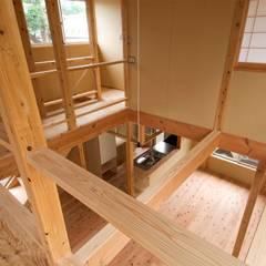 2階からの吹き抜け(1階を見る。): 氏原求建築設計工房が手掛けた和室です。