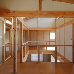 Salas multimedia de estilo rústico por 氏原求建築設計工房