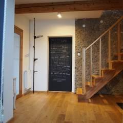 dom 150m2: styl , w kategorii Korytarz, przedpokój zaprojektowany przez Projekt Kolektyw Sp. z o.o.