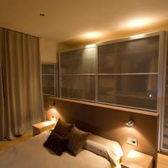 Marron: Dormitorios de estilo  de Cardellach Interior & Events