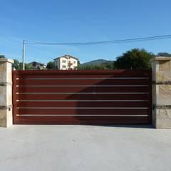 Puertas automaticas de aluminio soldado: Ventanas de estilo  de Puertas Lorenzo, s.a