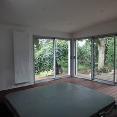 jacuzzi encastré dans le sol: Spa de style de style Moderne par MARION GORGUES