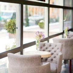 Restaurantes de estilo  por Anna Buczny PROJEKTOWANIE WNĘTRZ, Clásico Madera maciza Multicolor