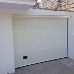 CONSTRUCCIÓN DE COCHERA. BENAMÁDENA COSTA: Garajes de estilo  de Rudeco Construcciones