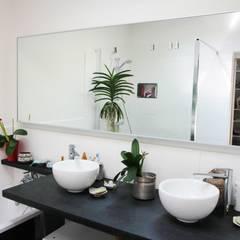 Transformation d'une salle de stockage en une salle de bain: Salle de bains de style  par Mint Design