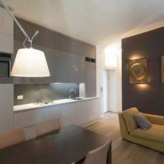 cucina e soggiorno: Cucina in stile  di Tommaso Giunchi Architect