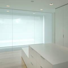 Le cube blanc : Dressing de style  par Luc Spits Interiors