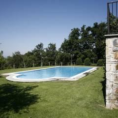 Villa Via Poggio Baldino: Piscina in stile  di Studio Tecnico Fanucchi