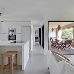 LITTORAL IMMOBILIER: Salon de style de style Tropical par T&T architecture