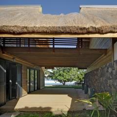 CONDOMINIUM: Maisons de style de style Tropical par T&T architecture