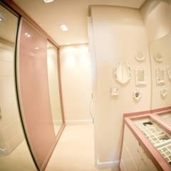 Closet: Closets ecléticos por INOVA Arquitetura