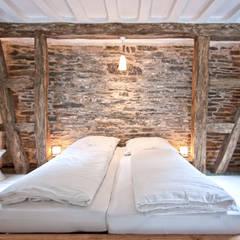 Sanierung und Umwandlung eines Tuchmacherhauses aus dem 18. Jahrhundert in ein modernes Ferienhaus :  Hotels von Bleibe,Modern