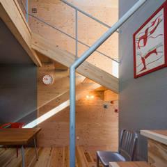 Couloir et hall d'entrée de style  par アトリエセッテン一級建築士事務所, Moderne