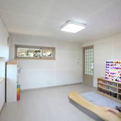 3층 옥탑방: 주택설계전문 디자인그룹 홈스타일토토의  서재 & 사무실