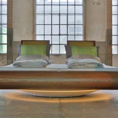 Drehbares Bett mit integriertem Soundsystem: modern  von Schreinerei Haas Mathias,Modern