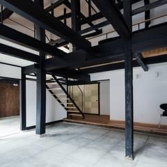 Salas multimedia de estilo asiático por タクタク/クニヤス建築設計
