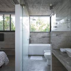 CASA WEIN: Baños de estilo  por Besonías Almeida arquitectos,Moderno