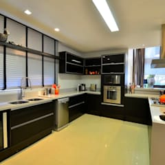Kitchen by Marcelo John Arquitetura e Interiores