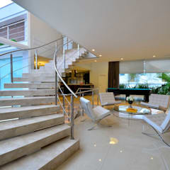 Couloir et hall d'entrée de style  par Marcelo John Arquitetura e Interiores