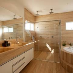 Casa Piracicaba: Banheiros  por Arquiteto Aquiles Nícolas Kílaris,Moderno