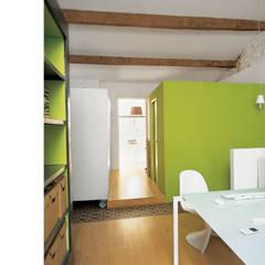 Espace bureau à l'étage: Bureau de style  par atelier julien blanchard architecte dplg